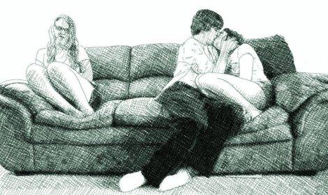 un couple s'embrasse sur un canapé - une fille garde ses distances, dégoûtée